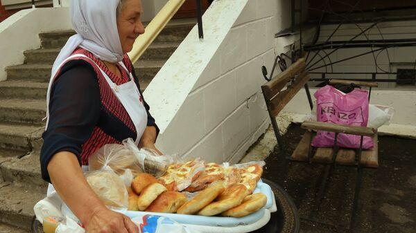 Сестра милосердия с угощениями для прихожан Троицкого храма в Воронежской области