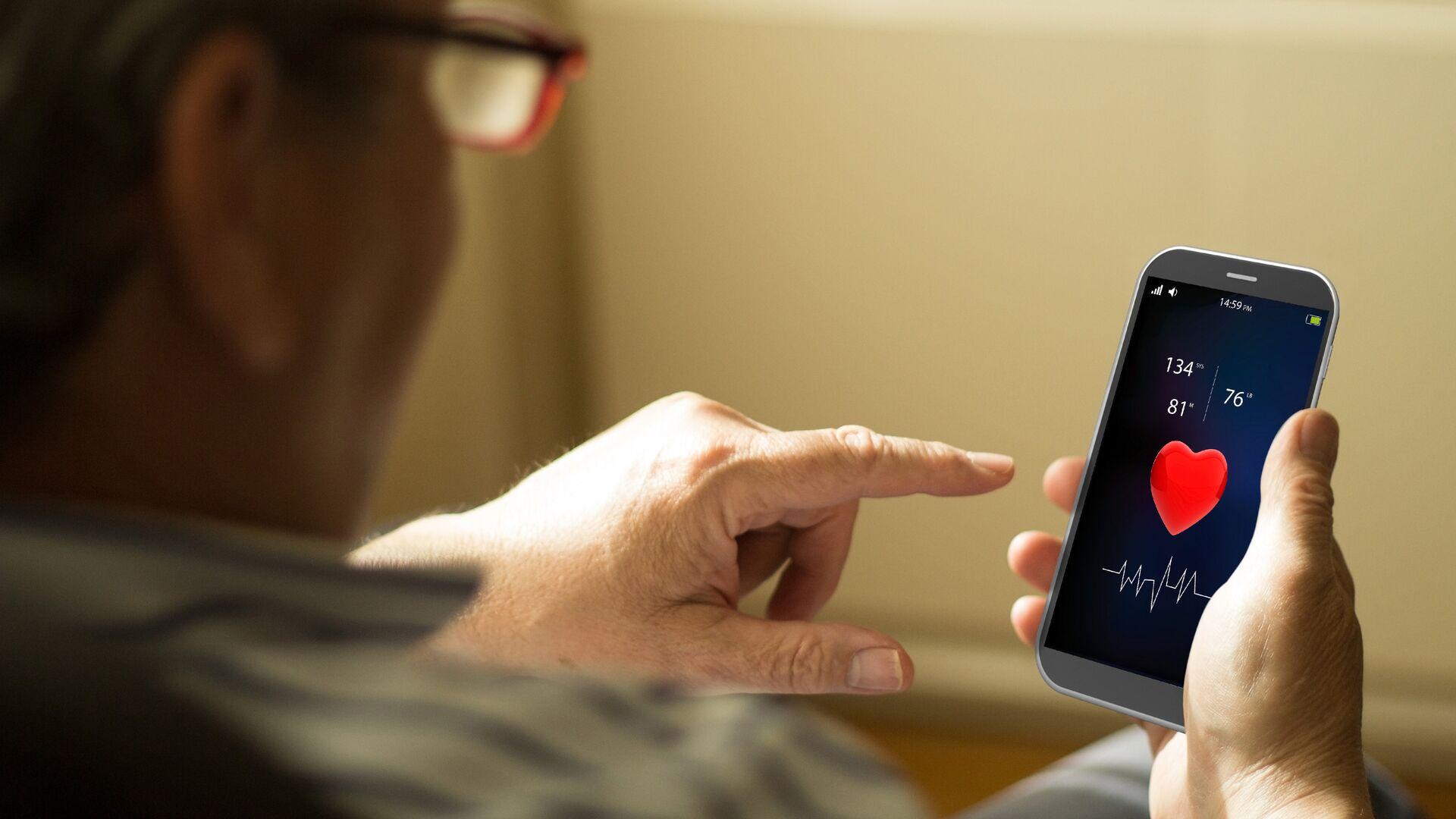 Пожилой мужчина использует M-Health приложение на смартфоне - РИА Новости, 1920, 29.07.2021