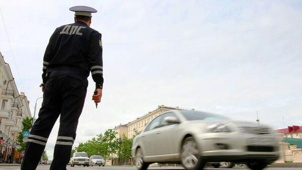 Сотрудник ДПС обеспечивает порядок на дороге в столице Чеченской республики городе Грозном