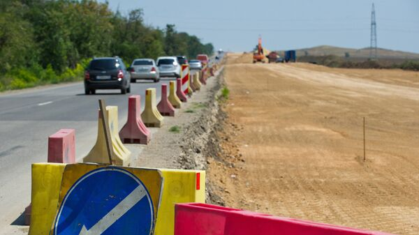 На строительстве участка трассы Таврида и автомобильных подходов к мосту через Керченский пролив. 26 июля 2017