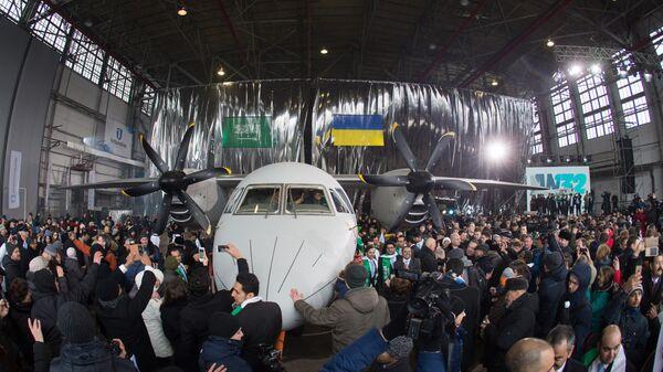 Церемония выкатки многоцелевого грузового самолета АН-132 в цехе самолетостроительного предприятия Антонов. 2016 год