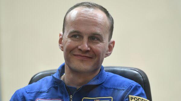 Бортинженер МКС Сергей Рязанский во время пресс-конференции экипажа 52/53-й экспедиции на МКС. 27 июля 2017