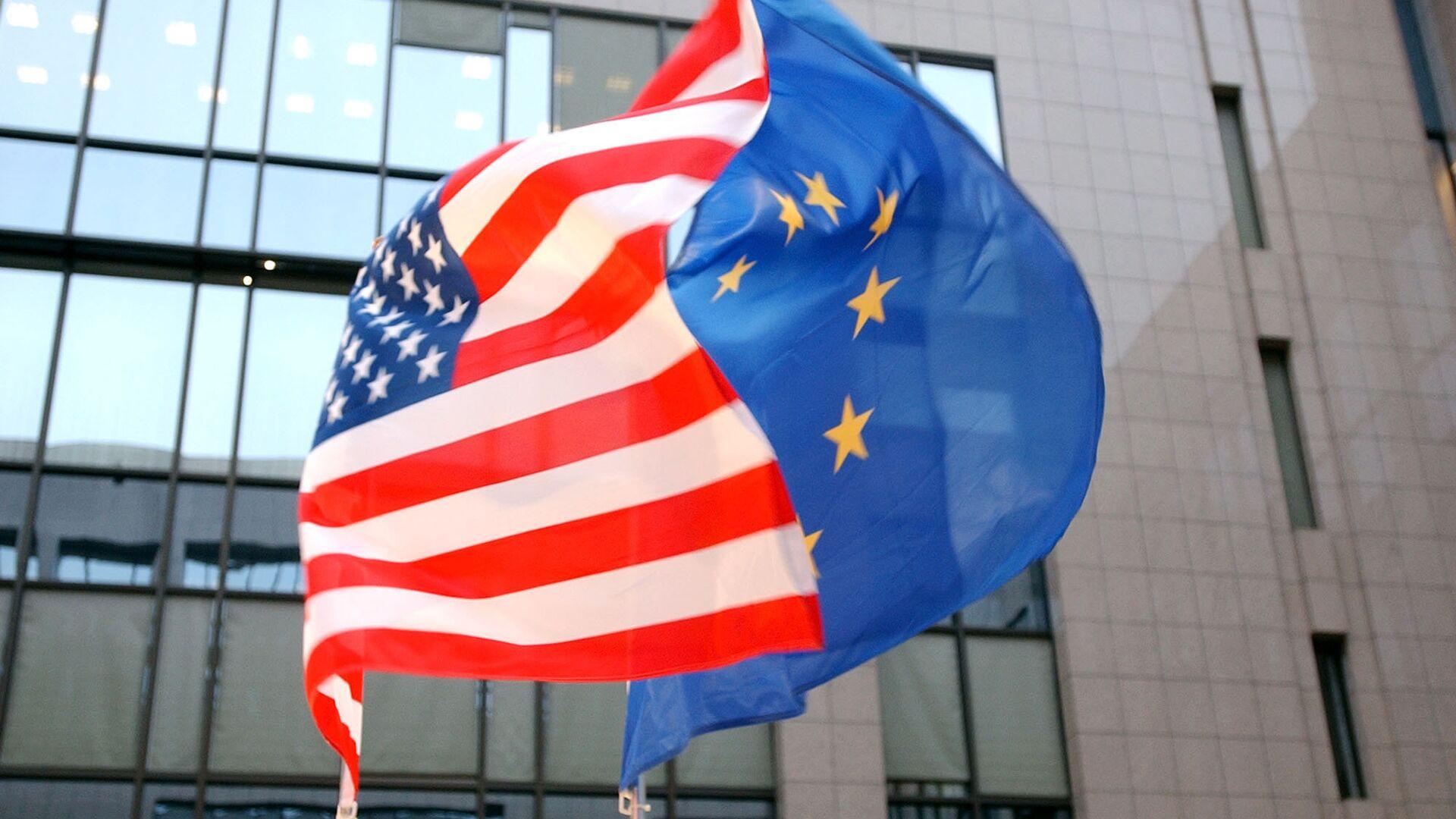 Флаги ЕС и США на здании Европейского парламента в Брюсселе  - РИА Новости, 1920, 10.04.2021
