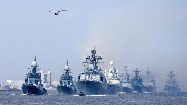 Корабли ВМФ во время генеральной репетиции военно-морского парада в Кронштадте