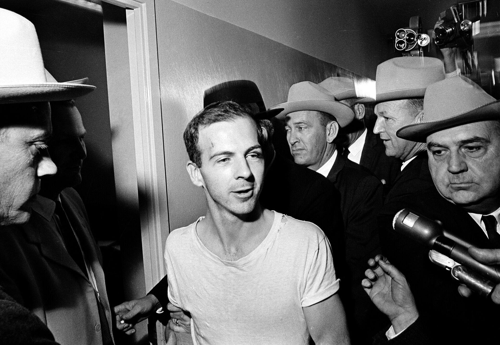 Ли Харви Освальд в полицейском участке в Далласе после допросов. 23 ноября 1963 - РИА Новости, 1920, 06.04.2021