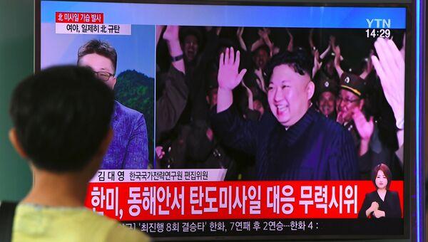 Трансляция новостей про лидера КНДР Ким Чен Ына, который рад успешным испытаниям баллистической ракеты КНДР в Сеуле. 29 июля 2017