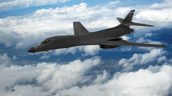 Бомбардировщик ВВС США B-1B Lancer в небе