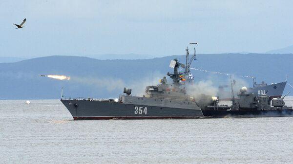 Малый противолодочный корабль во время парада кораблей, посвященного Дню Военно-морского флота России, во Владивостоке