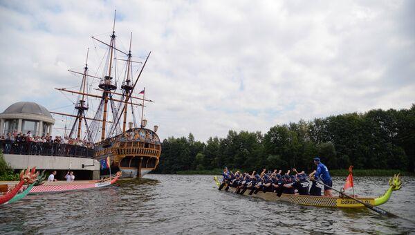 Участники Петровской регаты на лодках дракон в Воронеже, приуроченной к Дню Военно-морского флота России