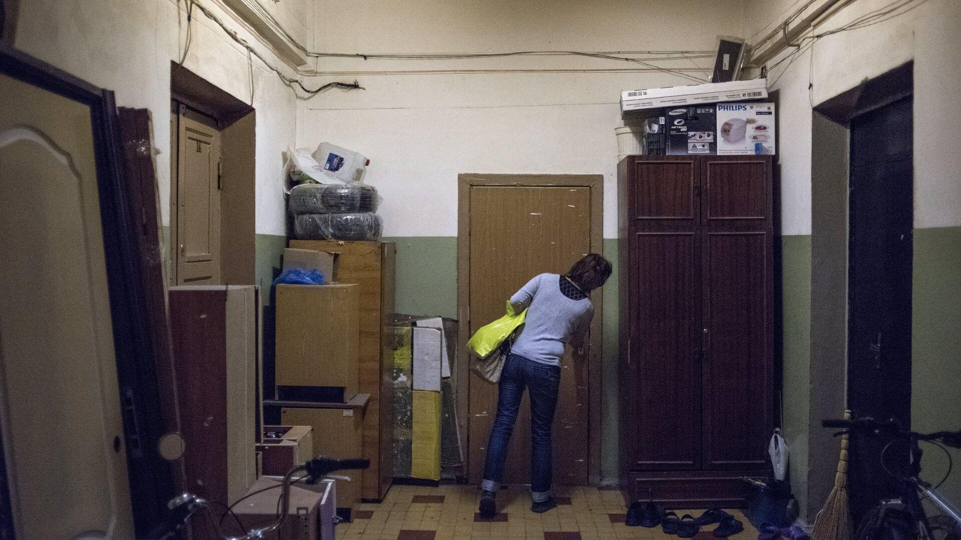 Женщина на лестничной площадке жилого дома в Северо-Западном административном округе города Москвы - РИА Новости, 1920, 28.08.2021