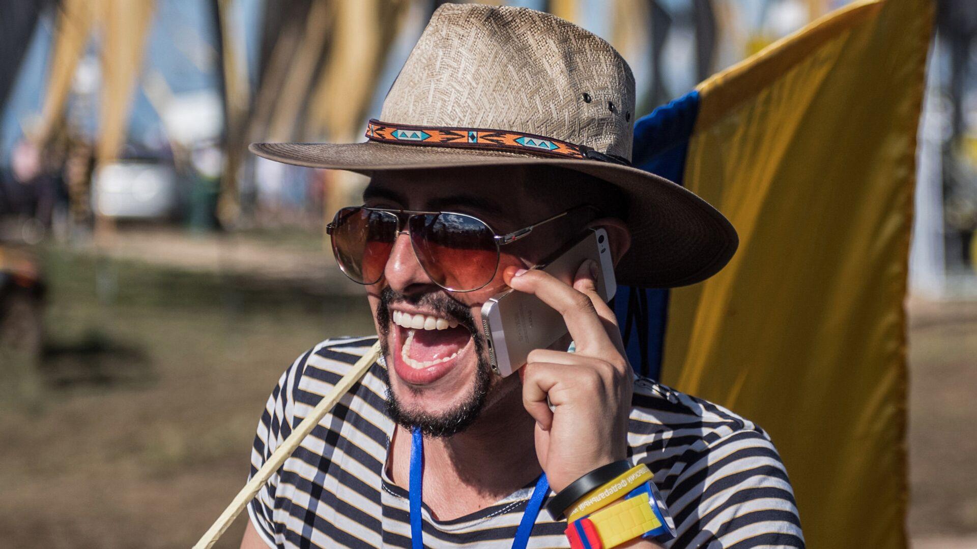 Молодой человек с мобильным телефоном - РИА Новости, 1920, 06.08.2021