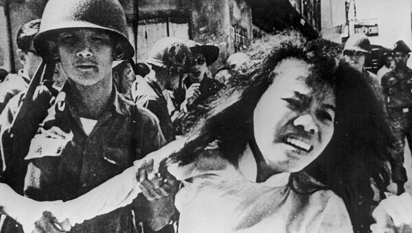 Американские солдаты арестовывают вьетнамцев. Вьетнамская война