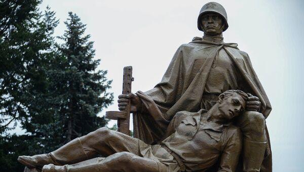 Скульптурная композиция на кладбище-мавзолее советских воинов в Варшаве. Архивное фото