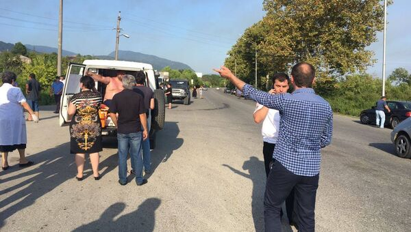 Эвакуация людей в районе взрыва в селе Приморское, Абхазия. 2 августа 2017