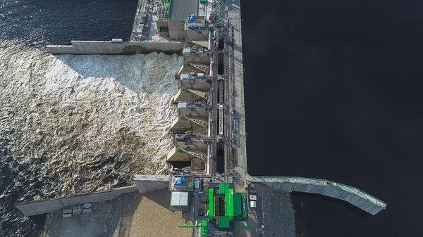 Сбросы воды через плотину Нижне-Бурейской ГЭС в Амурской области