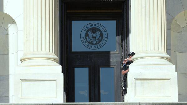 Табличка на здании Палаты представителей США в Вашингтоне. Архивное фото