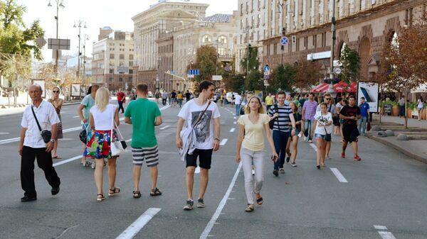 Прохожие на улице Крещатик в Киеве
