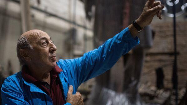 Скульптор Георгий Франгулян возле монумента Стена скорби перед началом его транспортировки к месту установки в Москве