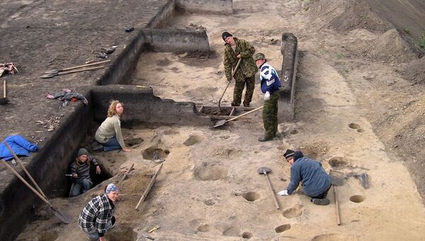 Алексей Тишкин и коллеги проводят раскопки на стойбище Березовая Лука на Алтае
