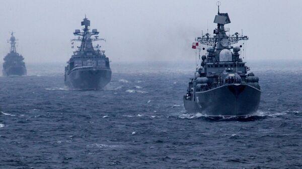 Корабли Тихоокеанского флота РФ во время военно-морского парада в заливе Петра Великого в рамках завершения российско-китайских военно-морских учений Морское взаимодействие - 2015 в Приморском крае