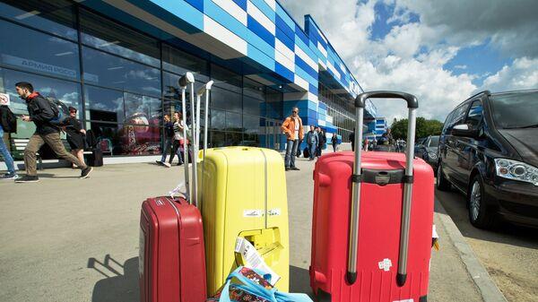 Чемоданы возле аэропорта. Архивное фото
