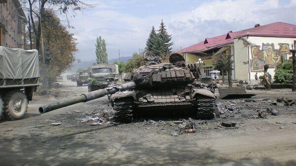 Боевая техника в городе Цхинвали, подвергшемся нападению грузинских войск. Архивное фото