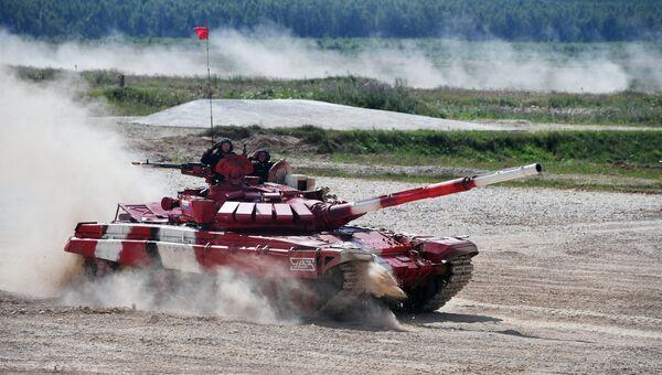 Экипаж команды армии России после финиша в полуфинальной эстафете на соревнованиях по танковому биатлону Армейских международных Игр-2017 на подмосковном полигоне Алабино