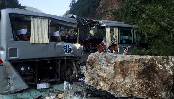Туристический автобус, поврежденный во время землетрясения в китайской провинции Сычуань. Архивное фото