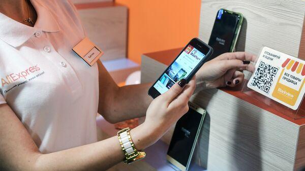 Демонстрация сканирования карточки товара в первом в мире шоуруме компании AliExpress