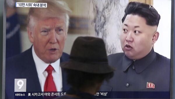 Президент США Дональд Трамп и лидер Северной Кореи Ким Чен Унь на экране телевизора. Сеул, 10 августа 2017