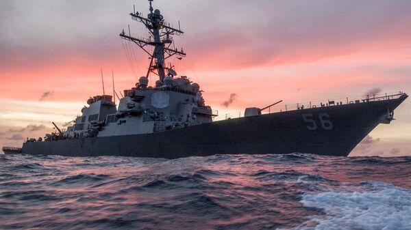 Американский эсминец Джон С. Маккейн в Южно-Китайском море