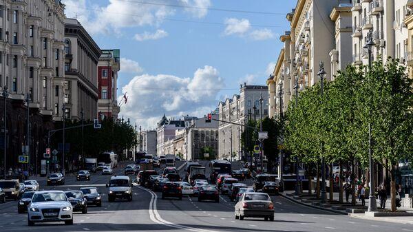 Автомобильное движение на Тверской улице в Москве