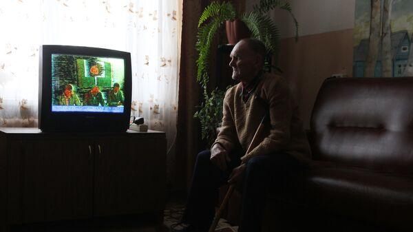 Пенсионер смотрит телевизор в Старорусском доме-интернате для престарелых и инвалидов Приильменье в деревне Буреги Новгородской области