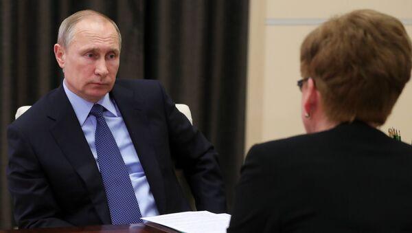 Президент РФ Владимир Путин и губернатор Забайкальского края Наталья Жданова. Архивное фото