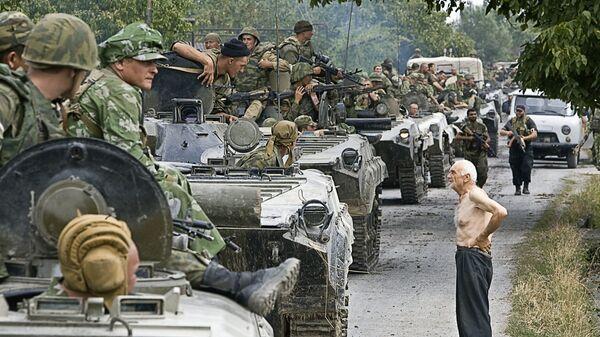 Колонна российских войск, движущихся в место временного лагеря на территории Грузии