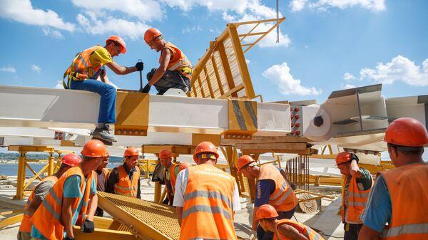 Рабочие на строительстве стадиона Волгоград Арена к чемпионату мира по футболу 2018 года в Волгограде