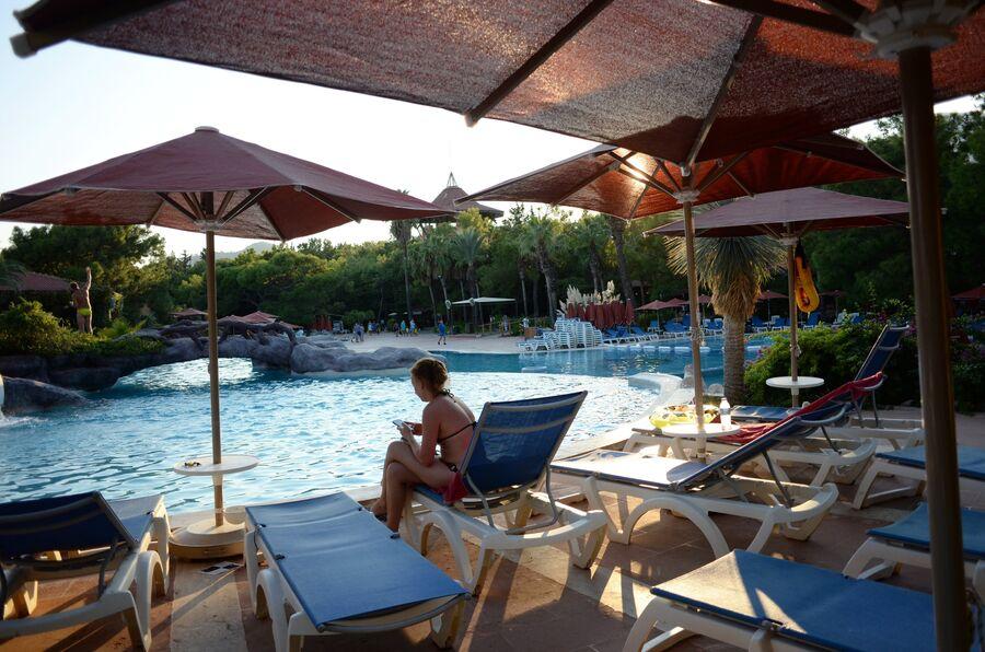 Девушка у бассейна одного из отелей в Антальи