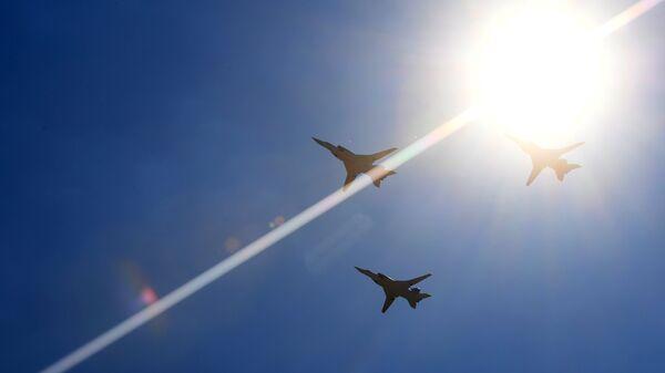 Дальние сверхзвуковые ракетоносецы-бомбардировщики Ту-22М3 во время воздушного парада на авиационном фестивале Форсаж-2017. 12 августа 2017