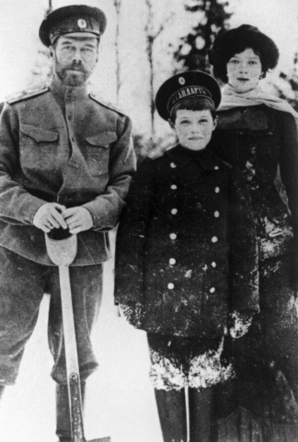 Русский император Николай II (слева) с сыном Алексеем (в центре) и дочерью Марией (справа).
