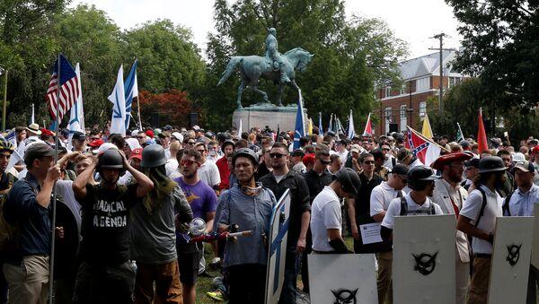 Ультраправые возле памятника Роберту Ли во время протестов в Шарлоттсвилле, штат Вирджиния