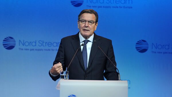 Председатель комитета акционеров Nord Stream AG Герхард Шредер выступает на церемонии пуска в эксплуатацию второй ветки газопровода Северный поток