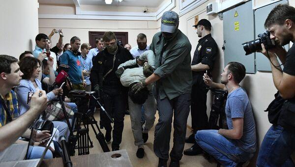 Подозреваемые в подготовке взрывов в Москве доставлены в Лефортовский суд. 14 августа 2017