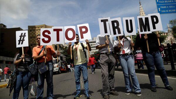 Сторонники президента Венесуэлы Николаса Мадуро протестуют против заявления Дональда Трампа о возможности военной операции