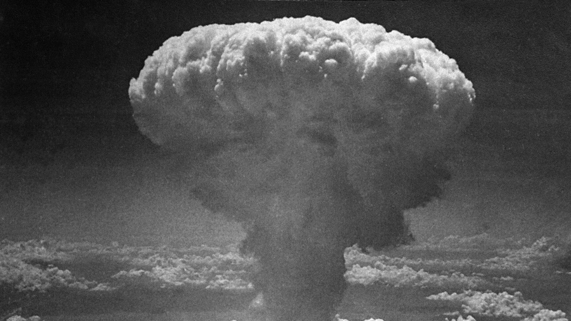 Облако от атомного взрыва над Нагасаки, Япония. 9 августа 1945 - РИА Новости, 1920, 27.08.2020