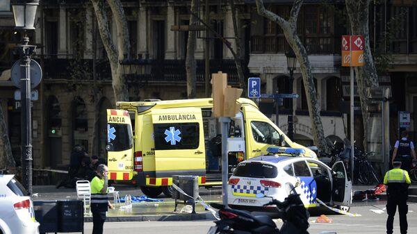 Полиция и скорая помощь в районе наезда микроавтобуса на пешеходов в Барселоне. Архивное фото