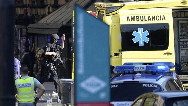 Полиция и скорая помощь в районе наезда микроавтобуса на пешеходов в Барселоне. 17 августа 2017