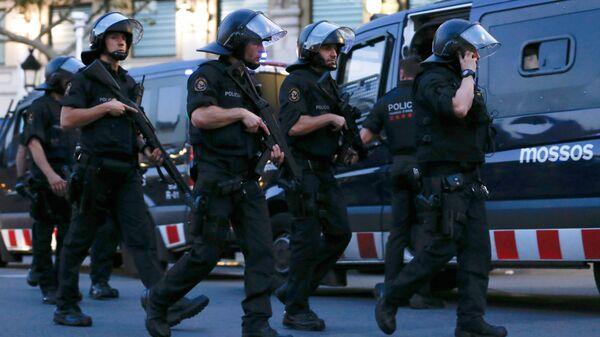 Испанские полицейские в оцепленном районе Барселоны