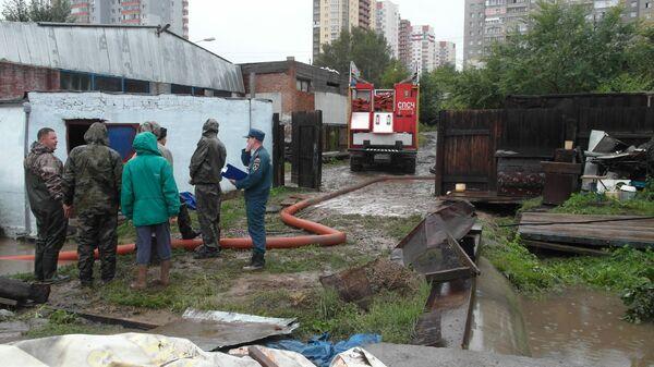 Пожарно-спасательные подразделения принимают участие в устранении последствий проливного дождя в городе Красноярске. 20 августа 2017
