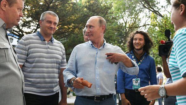 Сергей Аксенов и Владимир Путин во время посещения ежегодного Всероссийского молодежного образовательного форума Таврида