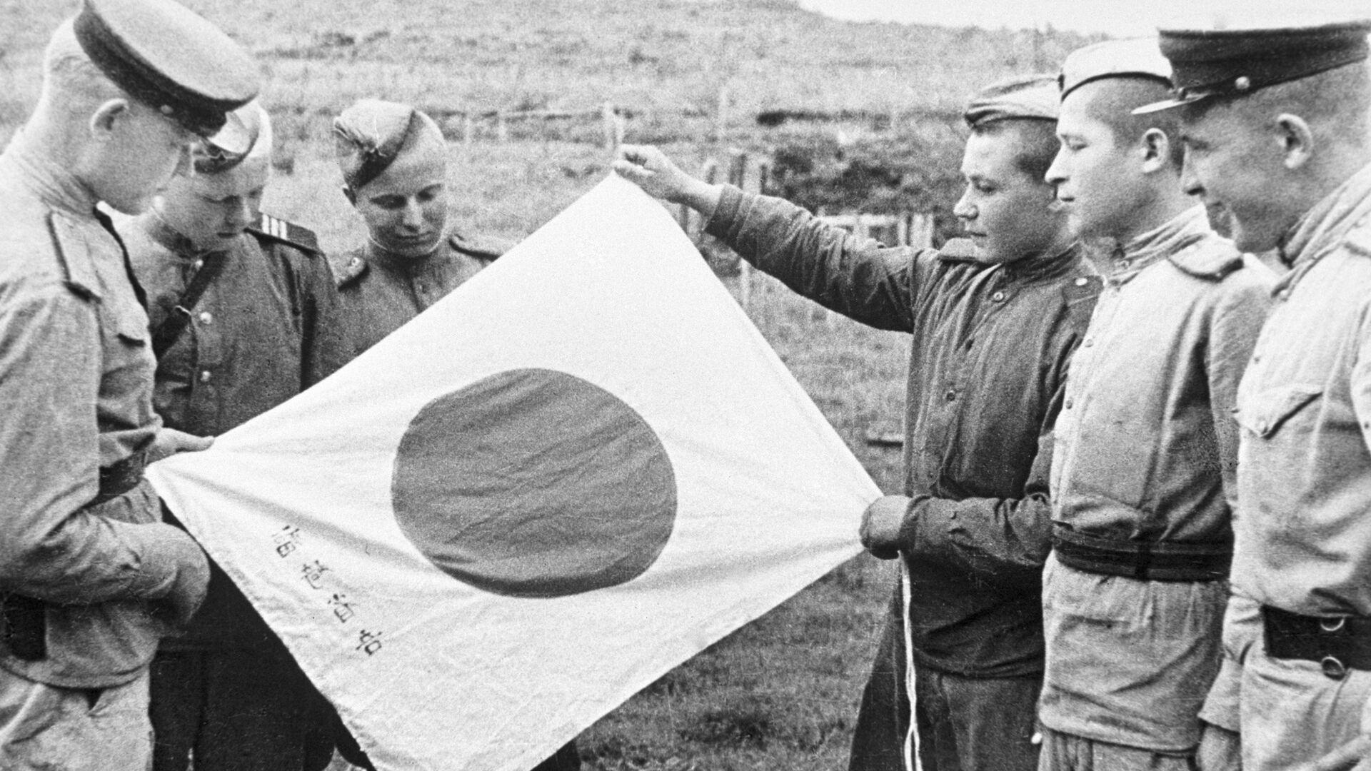 Советские воины рассматривают брошенный при отступлении японский флаг - РИА Новости, 1920, 20.08.2021